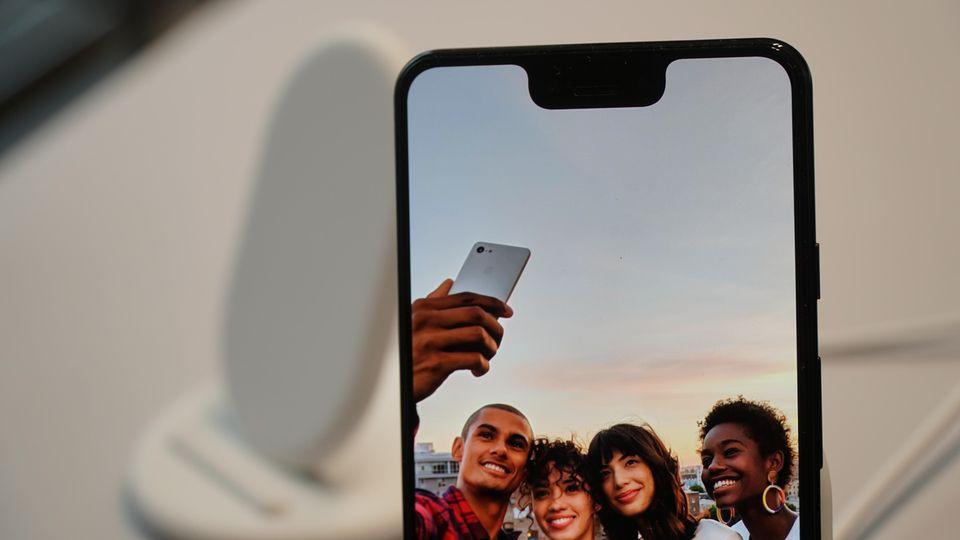 Die Notch reicht vergleichsweise tief, bietet aber keine Gesichtsentsperrung wie beim iPhone XS. In der Aussparung befinden sich zwei Frontkameras.