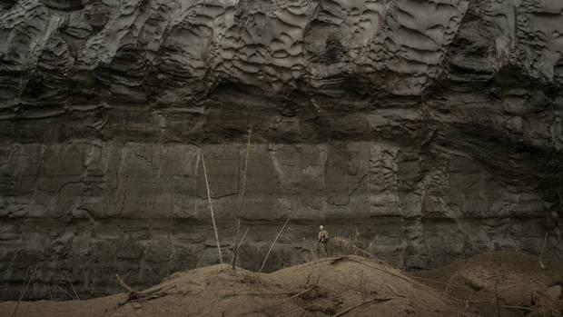 Im Innern des Kraters sucht Mammutjäger Mischa die Wände nach Stoßzähnen ab, die manchmal aus dem Permafrost herausragen