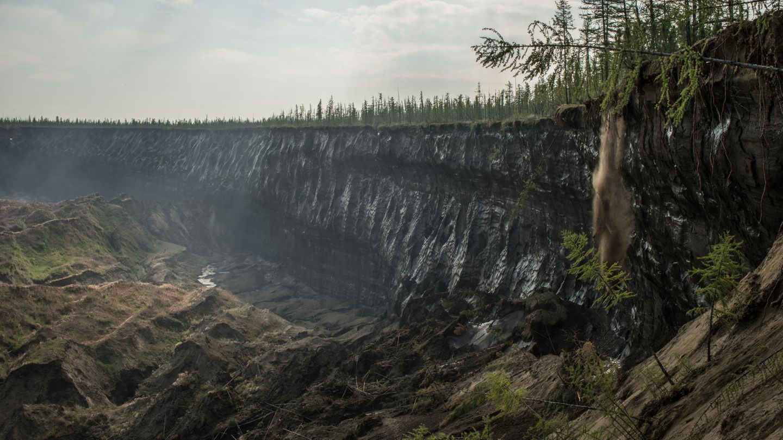 Alles rutscht, schmilzt, stürzt. Jeden Sommer frisst sich das Loch etwa zehn Meter weiter in die Taiga.