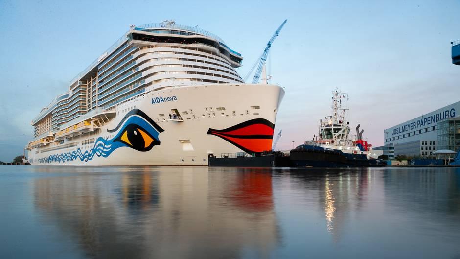 """Bei der Meyer Werft in Papenburg am Montagabend: Schlepper bugsieren das Kreuzfahrtschiff """"Aida Nova"""" vom Hafenbeckenin die Ems."""