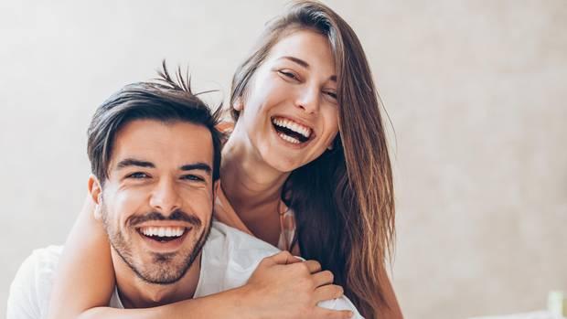 Partnersuche: Eine Frau umarmt einen Mann
