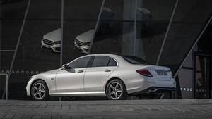 Äußerlich unterscheidet sich der Mercedes E 300 de nicht von seinen konventionellen Brüdern