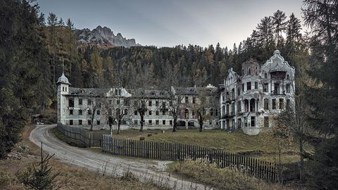 """Bild 1 von 11der Fotostrecke zum Klicken:Vergangene Pracht: Diese Ruine gehört zu einem der Motive, die in demBildband """"Geisterhäuser"""" zu sehen sind, der im Bruckmann Verlag erschienen ist."""