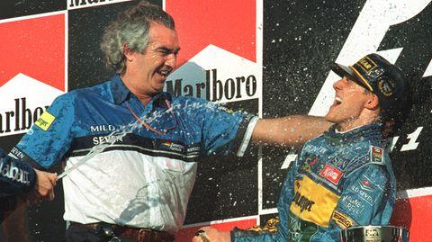 Flavio Briatore und Michael Schumacher begießen ihren Sieg 1995 in Japan