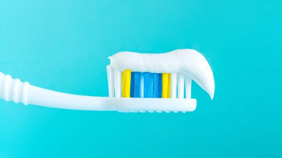 Zahnbürste mit Zahnpasta - viele Pasten enthalten Fluorid