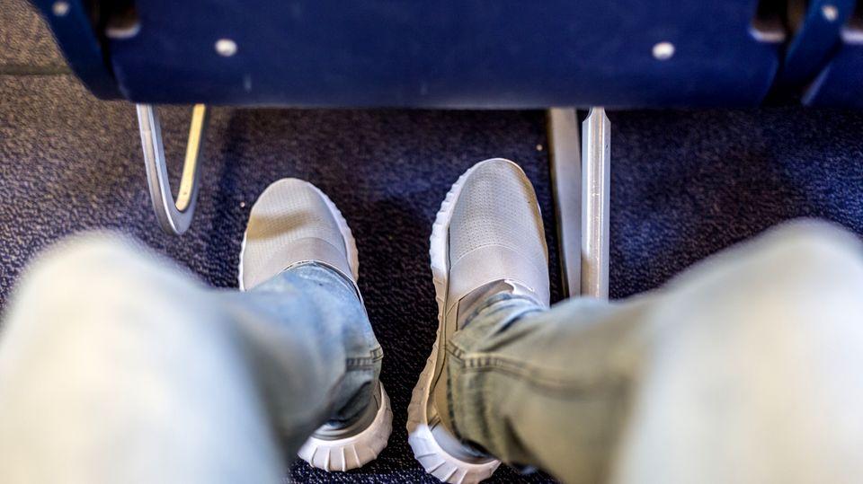 Nackte Füße auf Sitz: Ekel-Selfie aus Flugzeug sorgt bei Reddit-Usern für kreative Ratschläge