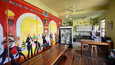 Kapstadt: Cat & Moose Backpackers Lodge  Eine Hostel-Institution in Kapstadt seit 1995 mit Preisen ab 9 Euro pro Nacht im Dormitory: Das verschachtelte Gebäude stammt aus dem Jahre 1792 und wirkt wie ein kleines Dorf. Im ersten Stock nimmt man das Frühstück am langen Holztisch ein oder kocht gemeinschaftlich ein Abendessen. Viele Bars liegen in unmittelbarer Umgebung.  Infos: http://catandmoose.co.za