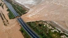 Italien, Cagliari: Die Luftaufnahme zeigt die eingestürzten Brücke über den Fluss Santa Lucia