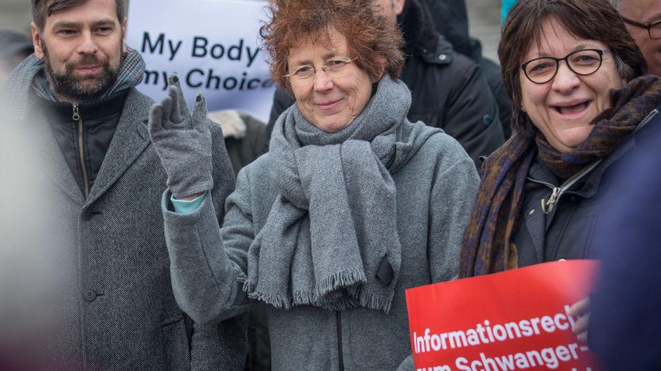 Ärztin Kristina Hänel (Mitte) auf einer Kundgebung für die Abschaffung des Abtreibungs-Werbungsverbotes in Paragraf 219a.
