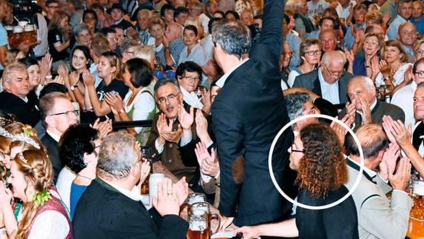 Im Kreise seiner Lieben – fast: Bei Söders Auftritt im Bierzelt zu Moosburg schafft es der stern-Reporter, sich mit södermäßiger List am Honoratioren-Tisch niederzulassen
