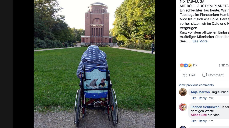 Rollstuhlfahrer Nico vor dem Hamburger Planetarium