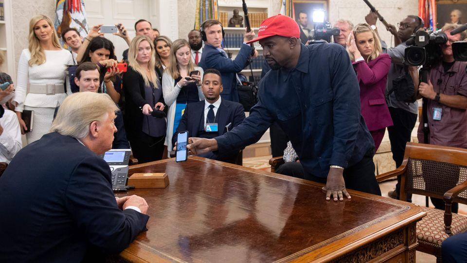 Da ist sogar Donald Trump kurz sprachlos: Skurriler Auftritt von Kanye West im Weißen Haus