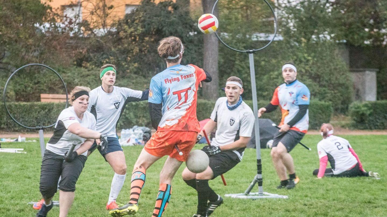 """Das Karlsruher Quidditch-Team """"Flying Foxes"""" organisiert das deutsche Ligafinal im Quidditch."""