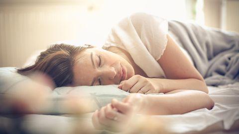 """Für ausreichend Schlaf sorgen  Geben Sie ihrem Körper Zeit, sich in der Nacht zu regenerieren – und er wird es Ihnen mit Leistungsfähigkeit am Tage und einem starken Immunsystem danken. In einer Studie haben Forscher herausgefunden, dass Schlaf die Arbeit von Abwehrzellen des Immunsystems unterstützt - den sogenannten T-Zellen.  Dass es immer mindestens acht Stunden Schlaf in der Nacht sein müssen, ist aber ein Mythos. """"Entscheidend ist das Befinden am Tag"""", schreibt der Schlafforscher Hans-Günter Weeß in seinem Buch """"Die schlaflose Gesellschaft"""". """"Wer sich am Tag ausgeschlafen, fit, ausgeglichen undleistungsfähigfühlt, hatte genügend Nachtschlaf – egal wie viel es war.""""  Übrigens: Ein Mittagsnickerchen ist nicht tabu - im Gegenteil. Es ist gesund und steigert die Leistungsfähigkeit in der zweiten Tageshälfte."""