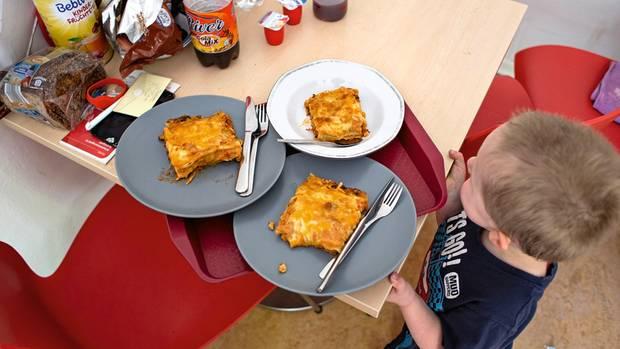 Heute gibt es zum Mittagessen Lasagne. Selbst kochen können die Bewohner in der Notunterkunft nicht