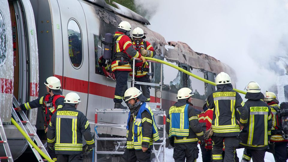 Die Flammen sprangen auch auf weitere Wagen über