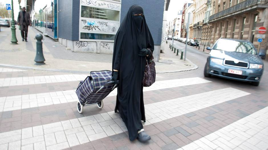 Belgien, Brüssel: Eine muslimische Frau, gekleidet in Niqab,geht durch die Straßen.