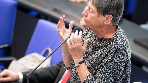 Berlin: Barbara Hendricks tellt während einer Plenarsitzung des Deutschen Bundestages