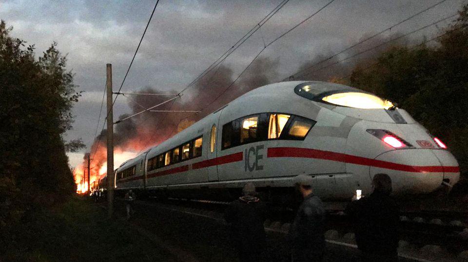 Ein Wagen eines ICE ist am Freitagmorgen in der Nähe von Montabaur in Rheinland-Pfalz in Brand geraten