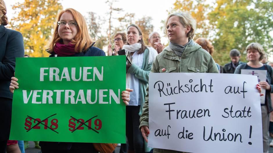 Vor Beginn des Berufungsprozesses demonstrieren mehrere hundert Menschenvor dem Landgericht in Gießen