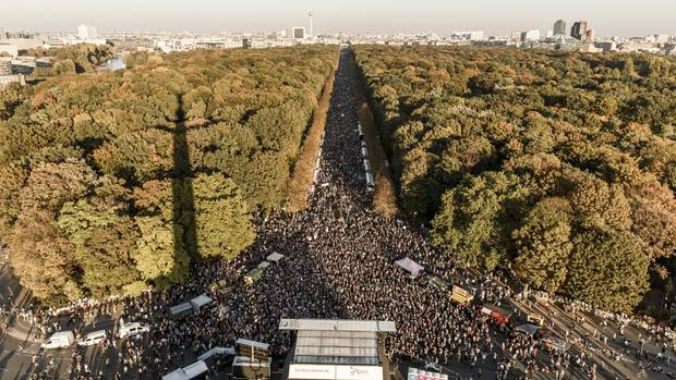 """Laut dem Bündnis """"#Unteilbar""""demonstrierten rund 240.000 Menschen in Berlin gegen Rassismus"""