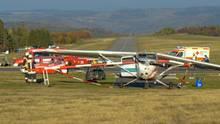 Feuerwehrleute stehen nach einem Flugunfall neben einem Sportflugzeug