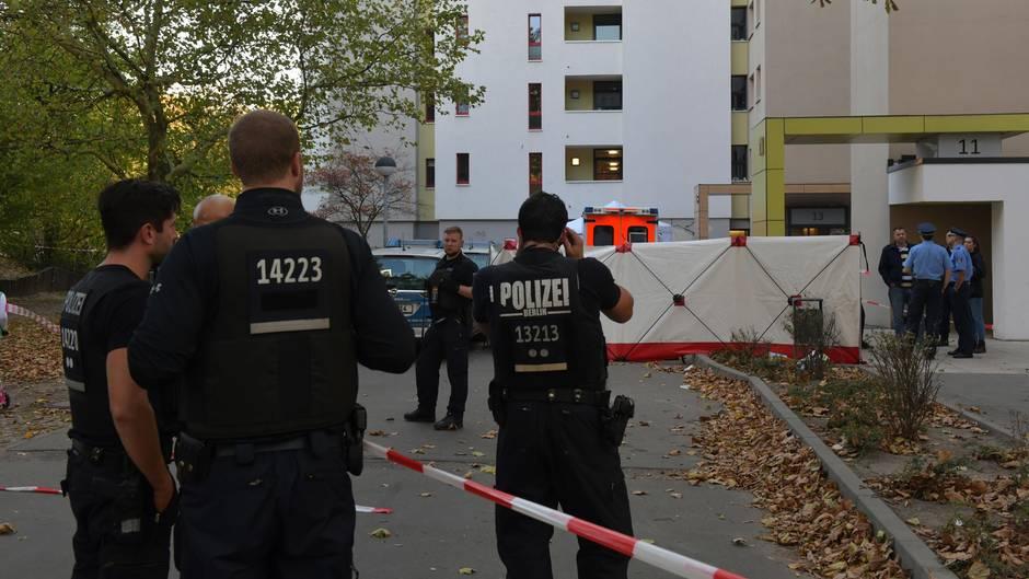 Polizisten stehen vor einem Hochhaus im Märkischen Viertel in Berlin