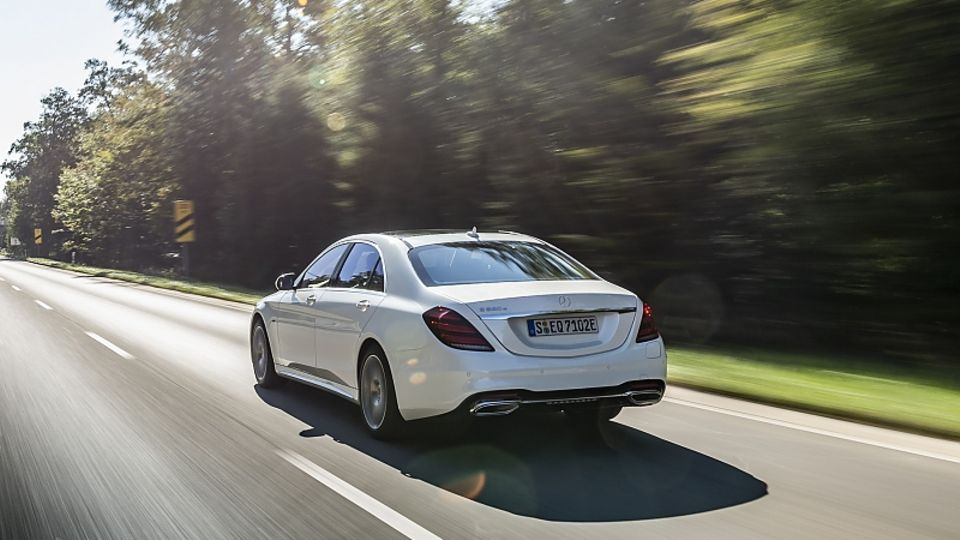 Der Mercedes S 560 e wiegt rund 2,3 Tonnen