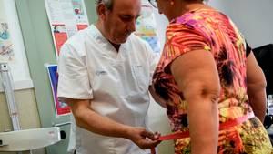 Doktor misst Bauchumfang einer Frau
