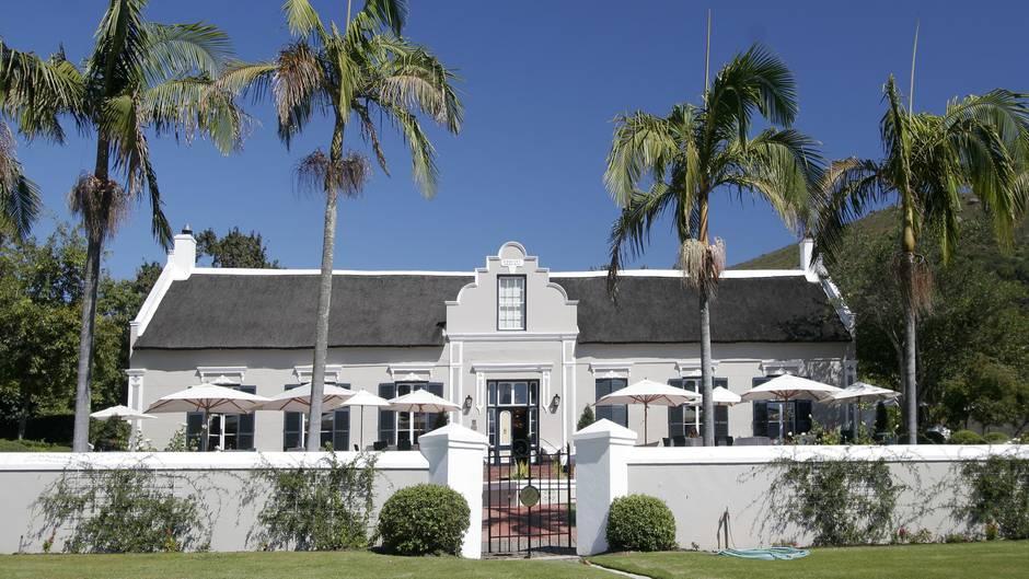 Paarl: The Grande Roche Hotel  Mitten im Weinanbaugebiet gelegen: Aus einer ehemaligen Plantage aus dem Jahr 1707 wurde ein kleines Luxushotel mit 35 Suiten und dem Bosman's Restaurant, das seit Jahren den Ruf als eines der besten Südafrikas genießt. Einige der Gebäude im kapholländischen Stil sind mit Stroh gedeckt.  Infos:http://granderoche.com