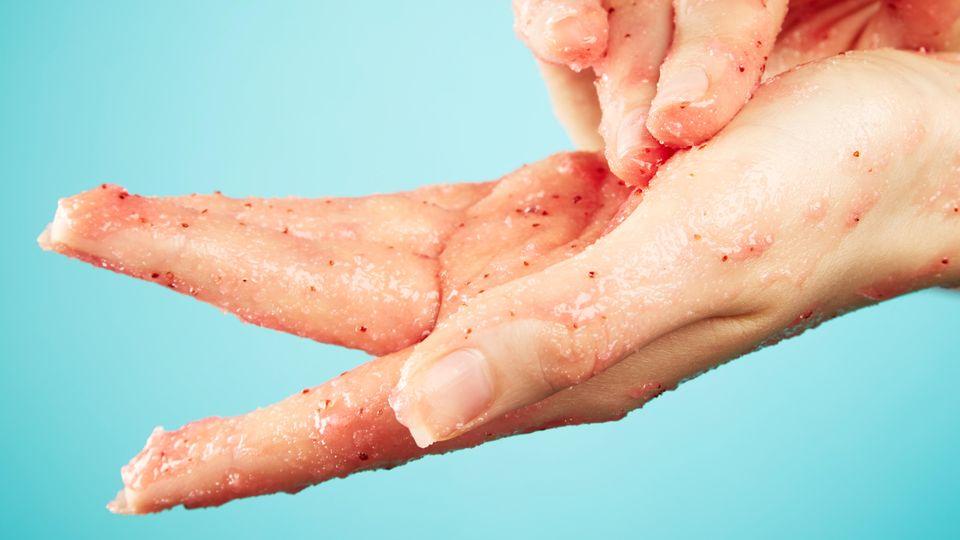 In Peelings sind die mikrokleinen Plastikteilchen auch für den Verbraucher noch zu erkennen.