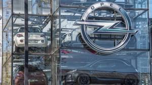 Autos stehen bei einem Opel-Händler hinter einer Glasfassade zum Verkauf