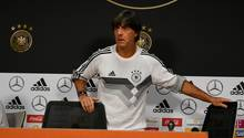 Da war er noch guter Dinge: Joachim Löw auf der Pressekonferenz vor dem Spiel gegen die Niederlande