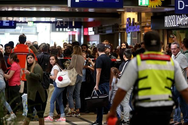 Reisende wurden aufgefordert, den Kölner Hauptbahnhof zu verlassen