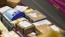 Bestell-Ware aus China: Viele der Pakete landen bei der Einfuhr zunächst beim Zoll.