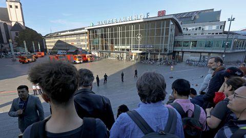 Passanten warten während der Geiselnahme in Köln
