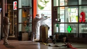 Nach der Geiselnahme in Köln untersuchen Polizeibeamte die Apotheke im Hauptbahnhof
