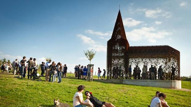 Eine transparente anmutende Holzkirche