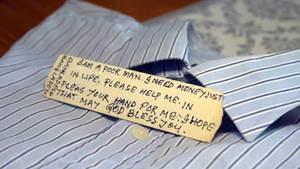 Vor 13 Jahren versteckte Fabrikarbeiter Gazi seinen Notruf in einem Hemd, das Claudia Klütsch in Deutschland kaufte.