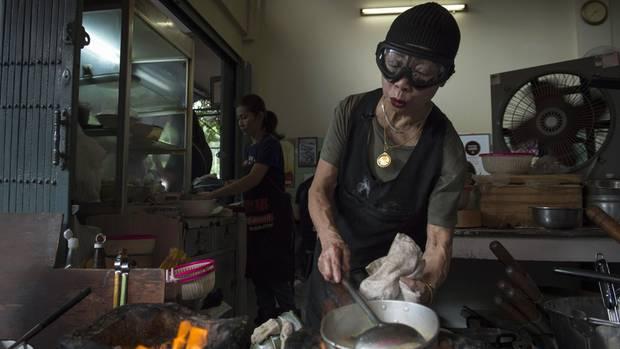Supinya Junsuta kocht in ihrer Garküche