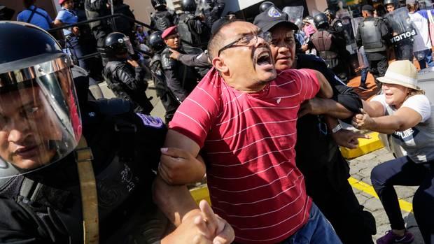 Nicaraguaner wird abgeführt