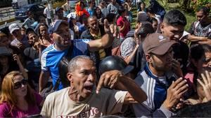 Schlange stehen vor einem Lebensmittellladen in Venezuela