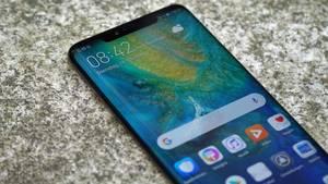 Abgerundeter Rand und oben eine Notch: Das Huawei Mate 20 Pro sieht aus wie eine Kreuzung aus iPhone XS und Galaxy S9 Plus.