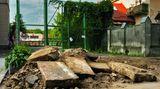Bei Straßenbauarbeiten entdeckte jüdische Grabsteine, die während der deutschen Besatzung als Straßenpflaster verbaut wurden:Lwiw, Galizien, in der Ukraine, 2017
