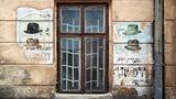 Ladenschild eines jüdischen Hutmachers inLwiw, Galizien,in der Ukraine, 2015