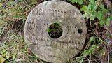Aus einem Grabstein gefertigter Schleifstein auf dem jüdischen Friedhof inWolotschysk, Podolien, in der Ukraine, 2017