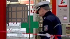 Ermittlungen in einer Apotheke im Kölner Hauptbahnhof nach der Geiselnahme am Montag