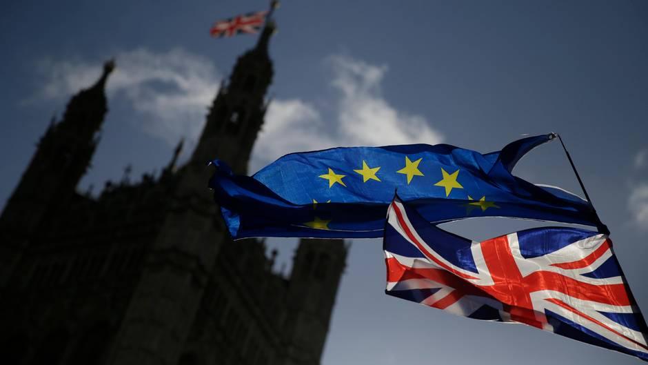 Eine EU-Flagge und eine britische Nationalflagge - Demo gegen Brexit