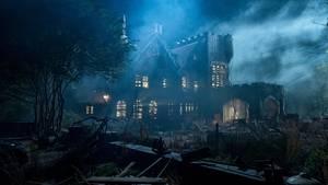 Geisterhaus im Nebel - Licht in den Fenstern brennt