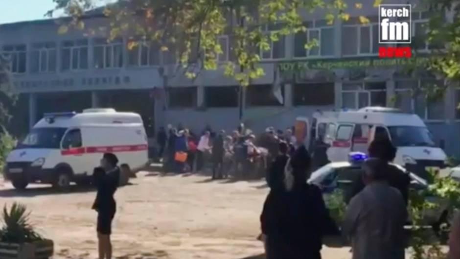 Dieser Videoausschnitt, zur Verfügung gestellt von Kerch fm, zeigt Rettungskräfte, die eine verletzte Person auf einen Lastwagen laden. Russlands oberste Ermittlungsbehörde leitetenach der Explosion auf der Halbinsel Krim ein Verfahren wegen eines Terroranschlags ein.